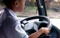 Phạt ông bố cho con trai 6 tuổi lái xe tải chạy trên đường