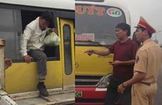 Tài xế xe buýt nhái 'nhồi nhét' khách còn thách đố CSGT