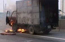 Hà Nội: Xe tải chở hàng chục điều hòa bốc cháy dữ dội