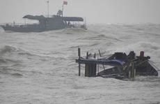 Bè lật úp hất 5 ngư dân xuống biển