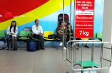 Nữ hành khách 'tung cước' đạp nam nhân viên hàng không