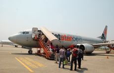 Mang hành lý xách tay quá ký, hành khách cự cãi, cắn tay nhân viên hàng không