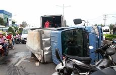 TP HCM: Lật xe chở bia, kẹt đường đến tối