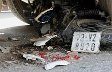 Xe tải cán nát xe máy, 2 người nguy kịch