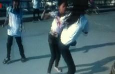 Học trò cổ vũ, quay clip 2 nữ sinh đánh nhau