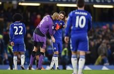 Oscar trượt chân trên chấm 11m, Chelsea vuột chiến thắng