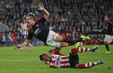 """Shaw gãy chân: """"Thủ phạm"""" xin lỗi, HLV Van Gaal đòi phạt nặng"""