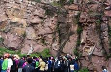 Phát hiện thi thể nam thanh niên dập nát dưới chân núi đá
