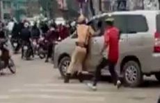 Lái xe Innova bỏ chạy tông CSGT bị thương, gây náo loạn