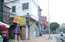 Hà Nội: Ngôi nhà 'nuốt' trọn cột điện trên hè phố