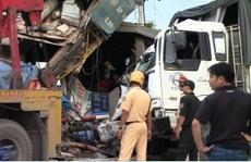 Xe tải mất lái tông thẳng nhà dân, một người nguy kịch
