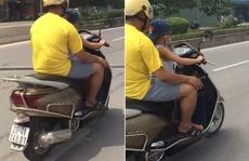 Bé trai khoảng 5 tuổi chạy xe máy vun vút trên đường phố