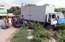 Xe tải cuốn 3 xe máy vào gầm, 3 người nguy kịch