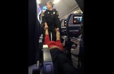 Nhân viên an ninh kéo lê hành khách trên sàn máy bay