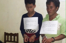Bắt quả tang 2 người Lào 'ôm' 10 bánh heroin
