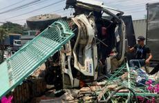 Tránh gây thảm họa, tài xế lao thẳng xe vô cổng biệt thự
