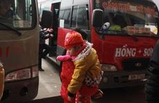 Trẻ em cũng khổ vì xe Tết