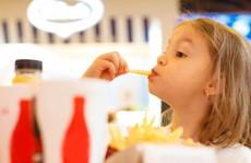 Vì sao đồ ăn nhanh có hại cho bé?