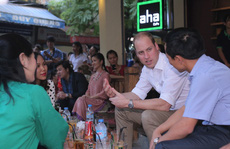 Hoàng tử Anh dạo phố cổ, ngồi cà phê vỉa hè Hà Nội