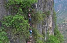 Trung Quốc: Hãi hùng cảnh trẻ em leo 'thang trời' đến trường