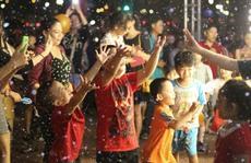 Đón Noel sớm, người Sài Gòn thích thú với 'tuyết rơi' giữa TP