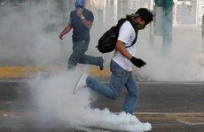 Venezuela: Thanh niên bịt mặt đụng độ cảnh sát