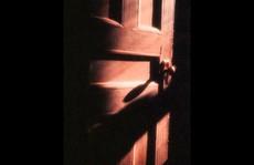 Chồng đóng cửa phòng không ra, vợ giết bạn chồng