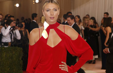 Sharapova rạng ngời với váy đỏ