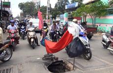 Xuất hiện hố bằng cái giếng giữa giao lộ đông người