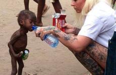 """Sốc trước bức ảnh """"phù thủy' 2 tuổi bị bỏ đói"""