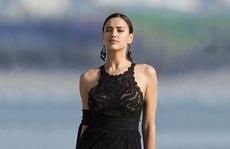 Siêu mẫu Irina Shayk gợi cảm bên bờ biển