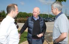 """Mourinho nhắc lại """"món nợ"""" World Cup khi gặp huyền thoại Charlton"""