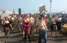 Hàng trăm người 'thả rông' vòng một trên bãi biển Anh
