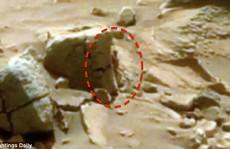 Xôn xao bức ảnh 'quý cô' ngoài hành tinh núp sau tảng đá Sao Hoả