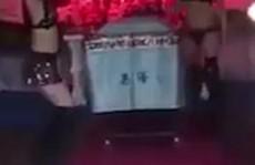 Trung Quốc: Thuê vũ công múa hở hang trong... đám tang