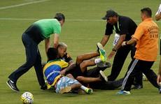 Neymar bị fan 'cuồng' vật ngửa giữa sân