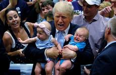 Bị làm phiền, ông Trump 'tống cổ' em bé khỏi buổi diễn thuyết