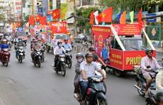 Đường phố TP.HCM rực rỡ trước ngày bầu cử