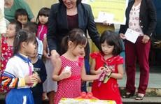 Phó Chủ tịch nước tặng quà người dân vùng lũ
