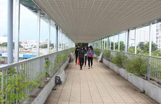 Lắp mái che trên cầu bộ hành