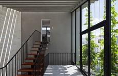 Ngắm ngôi nhà nhiều tường kính vẫn xanh mướt ở Sài Gòn