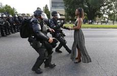 Bức ảnh 'huyền thoại' trong vụ biểu tình ở Mỹ