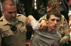 Ngồi tù vì giật súng cảnh sát bắn ông Trump