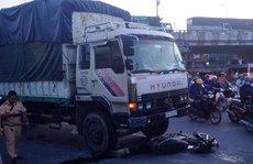 Xe tải kéo lê xe máy ở ngã tư Linh Xuân, 1 người nguy kịch