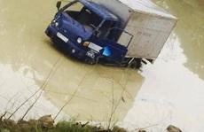 Xe tải tông chết 2 nữ công nhân rồi lao xuống ao