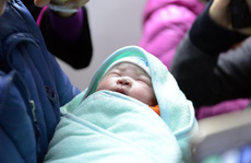 Cháu bé đầu tiên nhờ mang thai hộ chào đời
