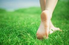 Những lợi ích sức khỏe tuyệt vời của việc đi chân trần