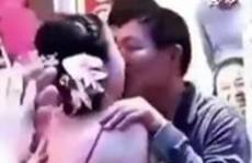 Bố chồng vô tư hôn con dâu để thắng tiền cược của khách