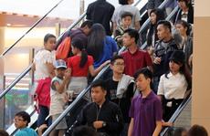 Người dân chơi lễ, tránh nóng kín trung tâm thương mại
