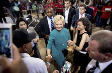 Cả ông Trump và bà Clinton đều mất điểm